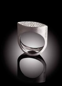 Ring Navette besetzt mit Diamanten